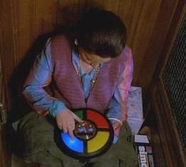 Josianne Balasko joue au Simon dans l'ascenseur Le Père Noël est une ordure années 80